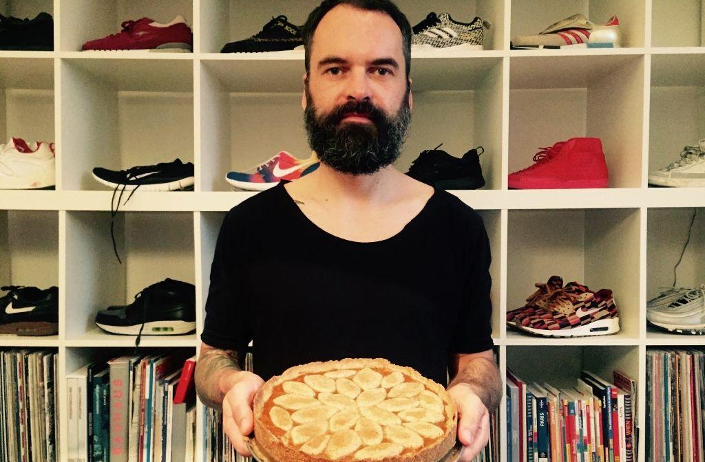 DJ und Hobby-Bäcker: Thorsten Weh mit der veganen Linzer Torte. Foto: Thorsten Weh