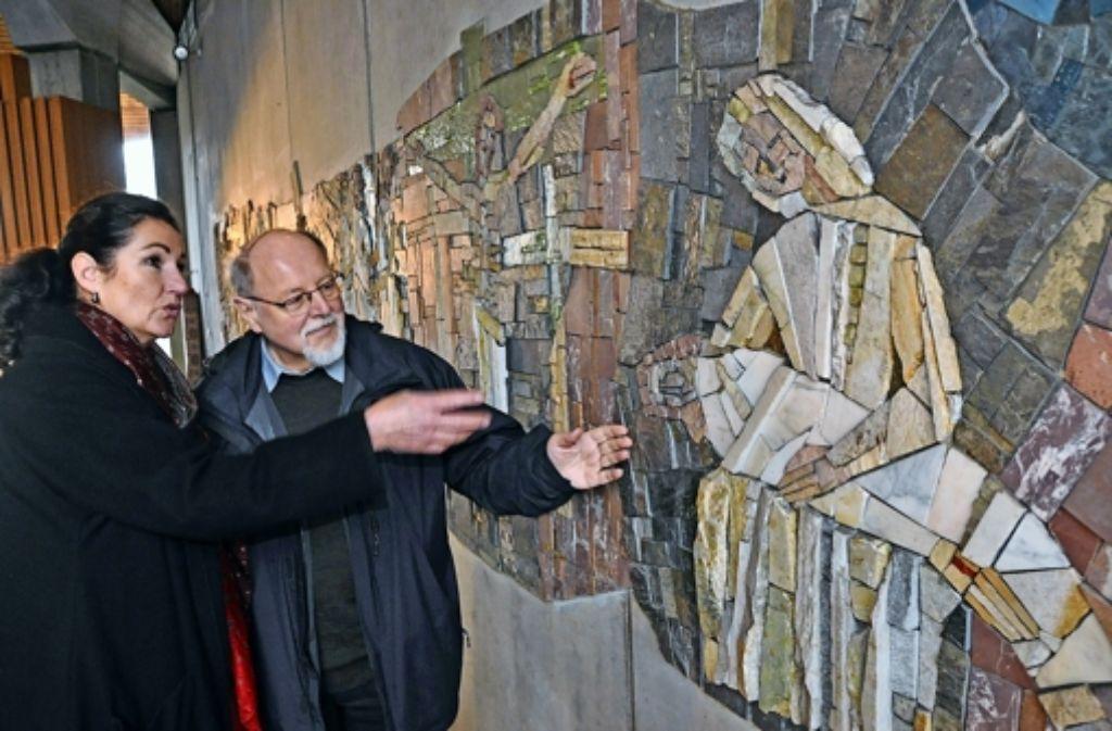 Die Restauratorin Bärbel Dieruff  und Pfarrer Martin Kneer vor dem Kreuzweg. Foto: Linsenmann