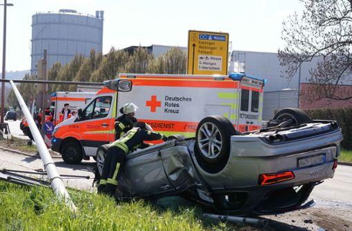 Audi überschlägt sich  – 21-Jähriger schwer verletzt