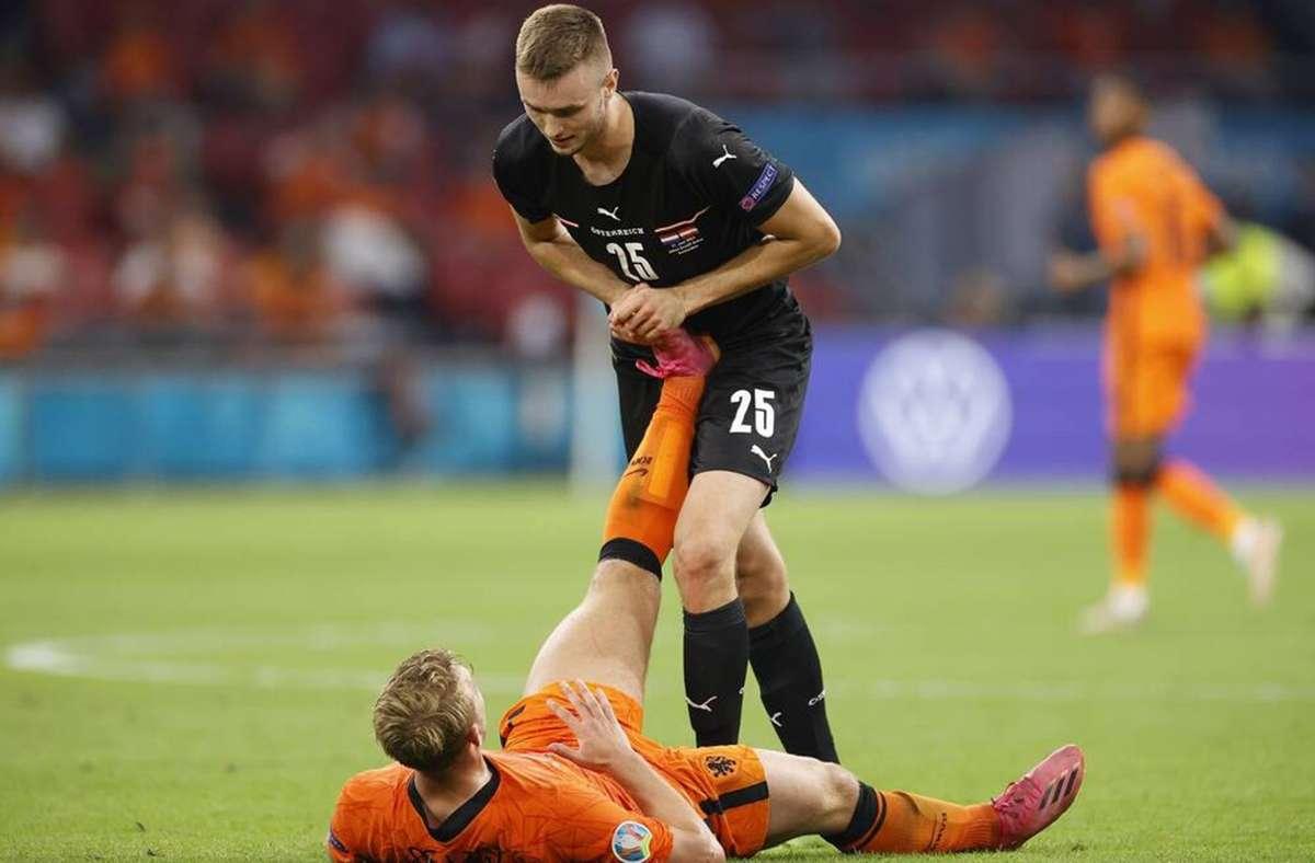 Hilfsbereit: Sasa Kalajdzic drückt dem Niederländer Matthijs de Ligt einen Krampf raus. Foto: Imago/Pro Shots