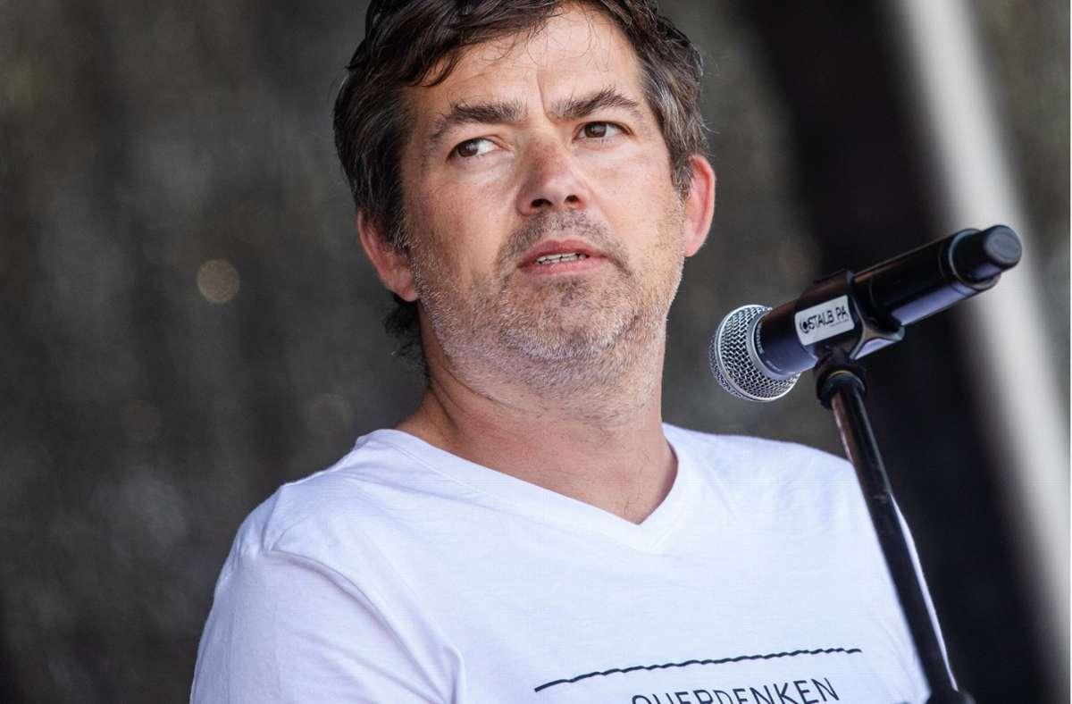 """""""Querdenken""""-Gründer Michael Ballweg beteuert, keine Gewalt- oder Mobbingaufrufe bei Facebook geteilt zu haben – und hat den Konzern abgemahnt. Foto: dpa/Christoph Schmidt"""