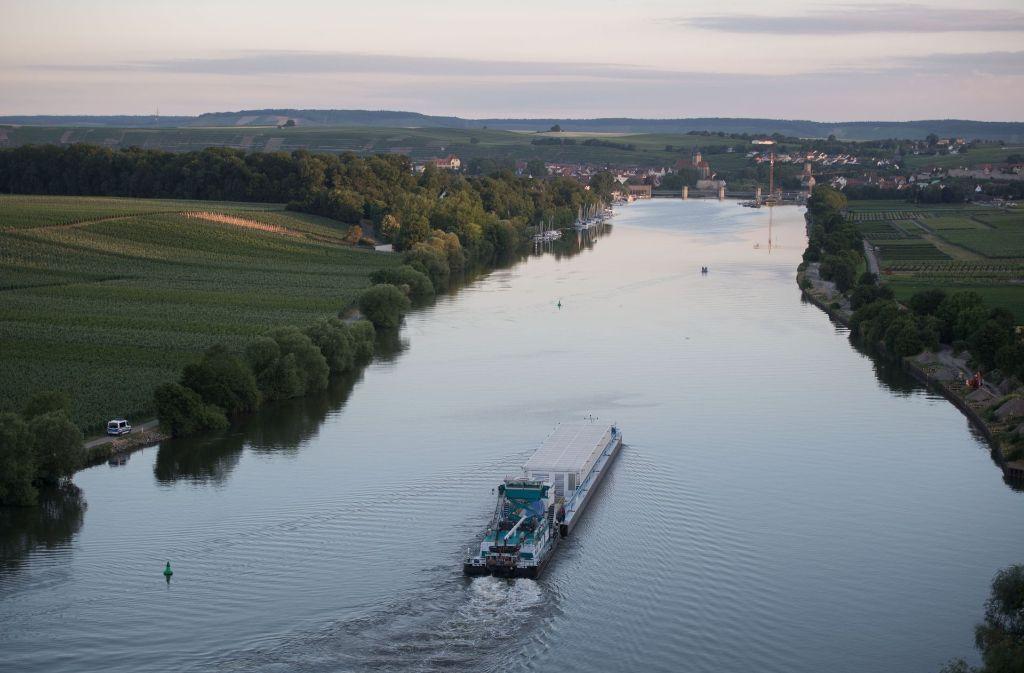 Ein Spezialschiff zum Transport von Atommüllbehältern hat am Dienstagmorgen am Kernkraftwerk Neckarwestheim bei Heilbronn abgelegt - zunächst noch ohne Gefahrgut. Foto: dpa