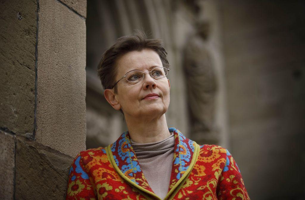 Gabriela Uhde vor dem Nordportal der Stadtkirche in Schorndorf. Es diente früher als Eingang für die weiblichen Besucher des Gotteshauses. Foto: Gottfried Stoppel
