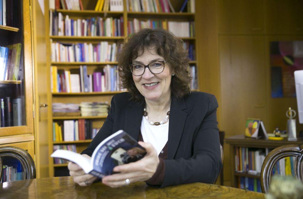 Die Donzdorfer Pfarrerin Kathinka Kaden hat  ihre neueste Botschaft zwischen zwei Buchdeckel gepackt. Foto: Horst Rudel