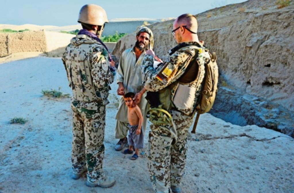 Ein Dolmetscher (links) ist im Gespräch mit den Einheimischen unerlässlich. Foto: