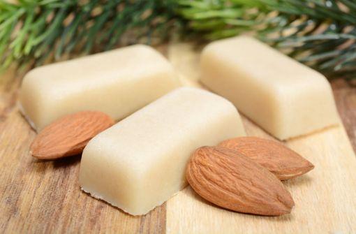 Alles über die Herstellung von Marzipan. Daraus besteht die Mandel-Süßspeise. So machen Sie Marzipan selber.