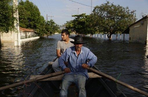 Hochwasser treibt 72 000 Menschen in die Flucht