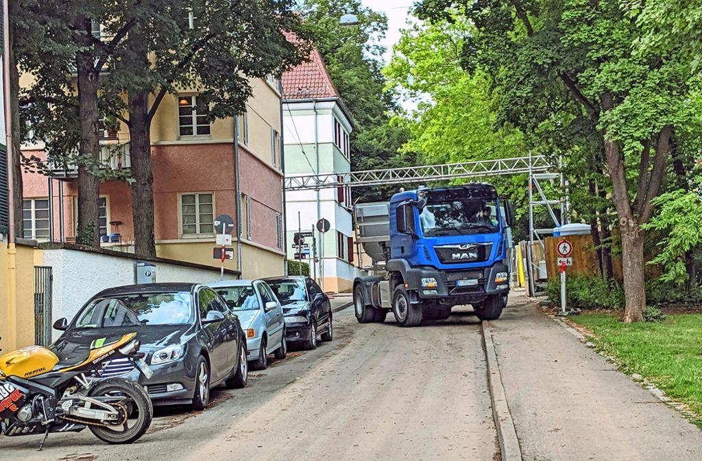 Die mehrachsigen Kipplaster für den Erdaushub sind beladen weit über 20 Tonnen schwer – und zu groß für die Straßen im Raitelsberg. Foto: Jürgen Brand
