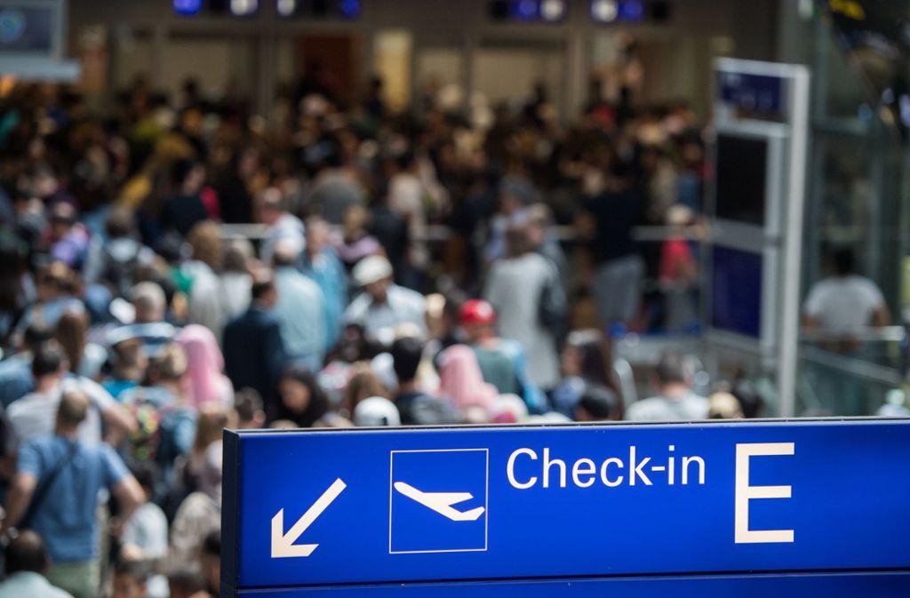 Am Frankfurter Flughafen droht am Dienstag ein Streik des Sicherheitspersonals. Foto: dpa