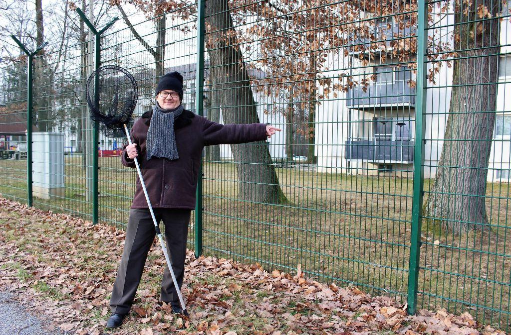 Thomas Porada wollte einer bruchgelandeten Taube zu Hilfe eilen. Doch die beiden trennte ein Zaun. Foto:
