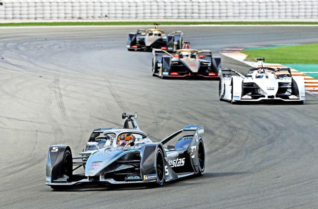 Die Formel-E-Autos (vorne ein Mercedes) könnten bald auch in Stuttgart um den Sieg fahren. Foto: imago/Kräling