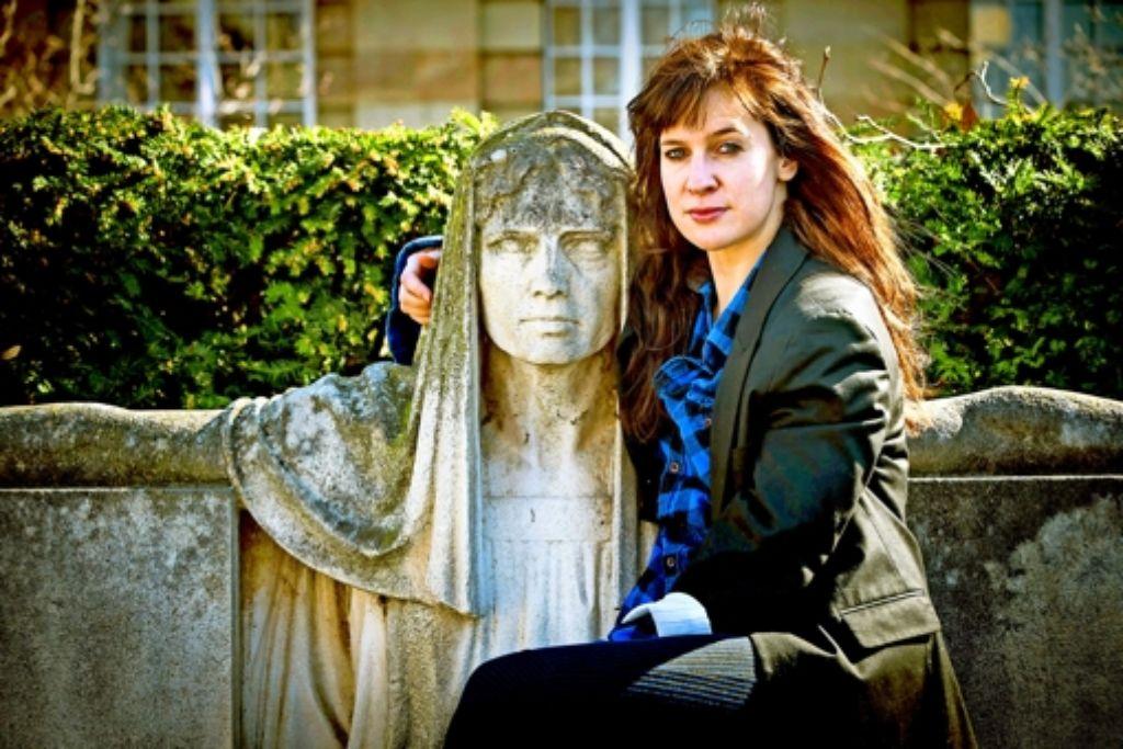 """Als hätte sie dem Bildhauer Modell gestanden: Sandra  Gerling auf dem vorm Stuttgarter Staatstheater im Gebüsch versteckten """"Schicksalsbrunnen"""" Foto: Lichtgut/Achim Zweygarth"""