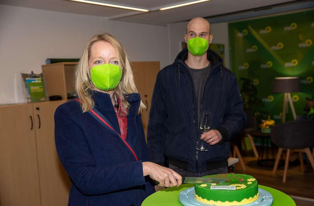 Die beiden Direktmandate im Kreis Böblingen gehen an die Grünen: Thekla Walker (links) und Peter Seimer haben bei der Wahlparty Grund zum Feiern Foto: Eibner//Drofitsch