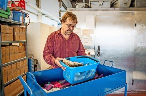 Früher präparierte Walter Rupff  Marder, Vögel und Füchse, heute kümmert er sich um tote Hunde, Katzen, Kaninchen Foto: Martin Stollberg
