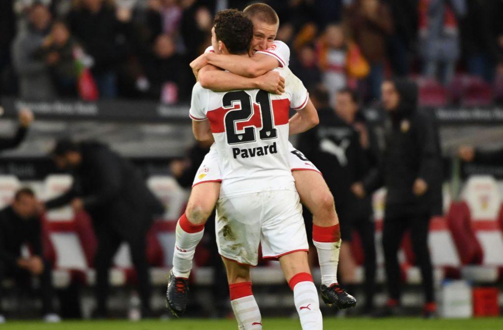 Weltmeister Benjamin Pavard bejubelt mit Santiago Ascacibar den Heimsieg des VfB. Foto: dpa
