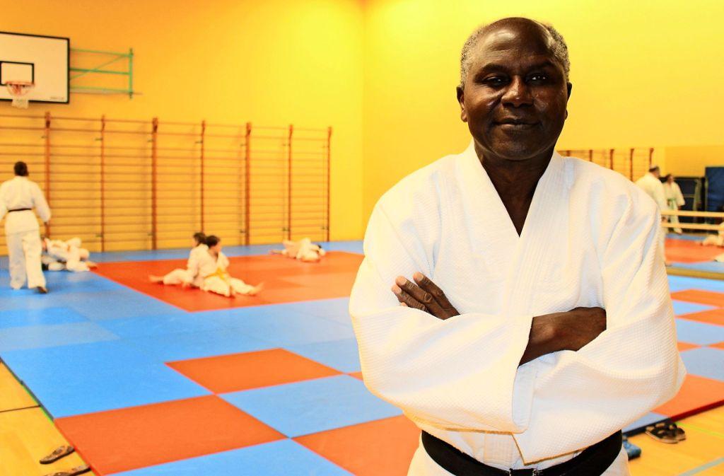 Augustin Affovi, der Judo-Abteilungsleiter beim SVS, in der Halle Foto: Caroline Holowiecki/i
