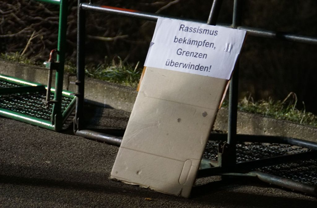 Die regelmäßig stattfindende Mahnwache rechter Gruppen ruft auch immer Gegendemonstranten auf den Plan. Foto: SDMG/Gress