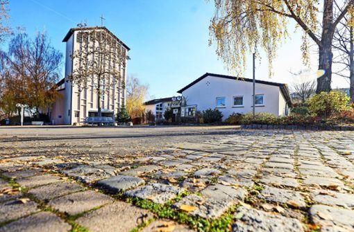 Große und kleine Steine  vor der Kirche