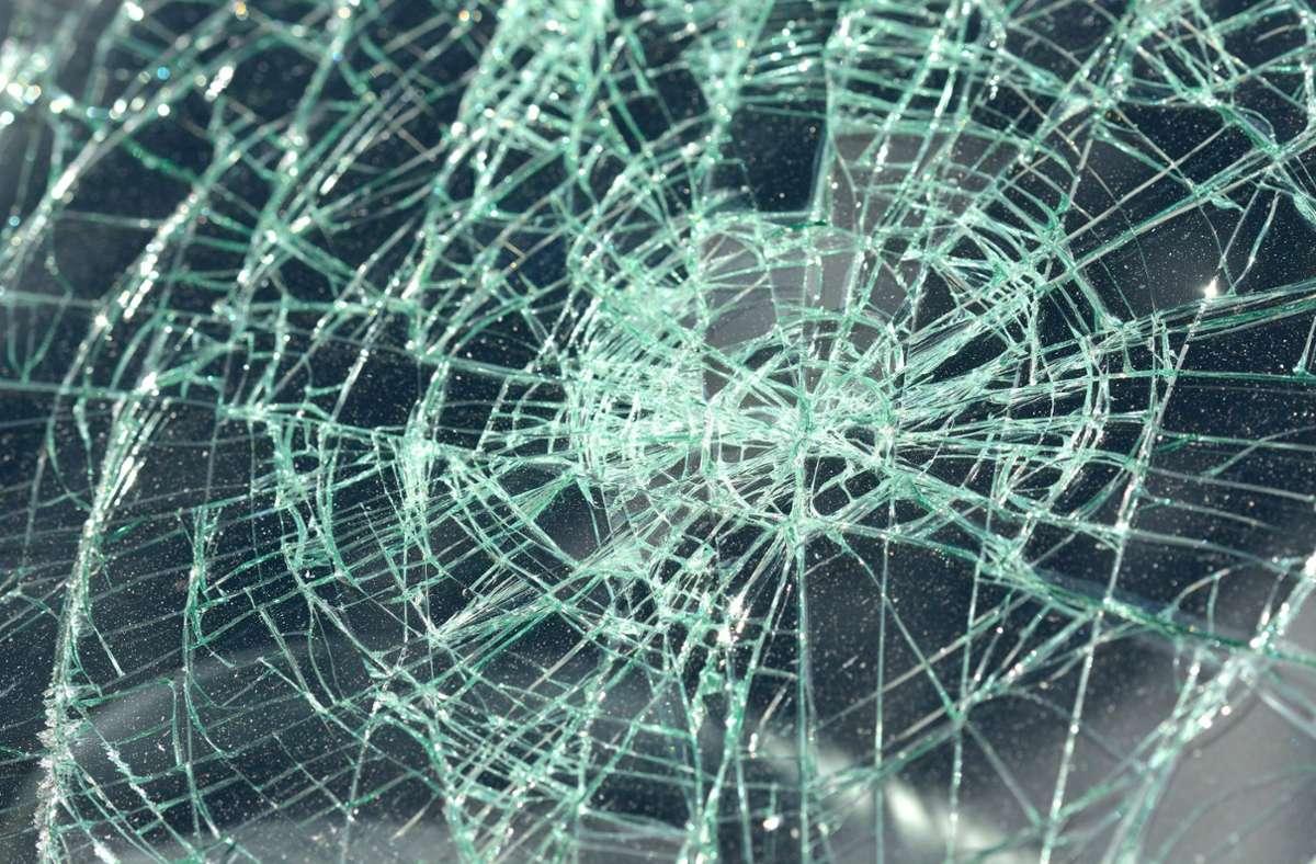 Unter anderem wurden am Auto die Scheiben eingeschlagen (Symbolbild). Foto: imago/imagebroker/imago stock&people