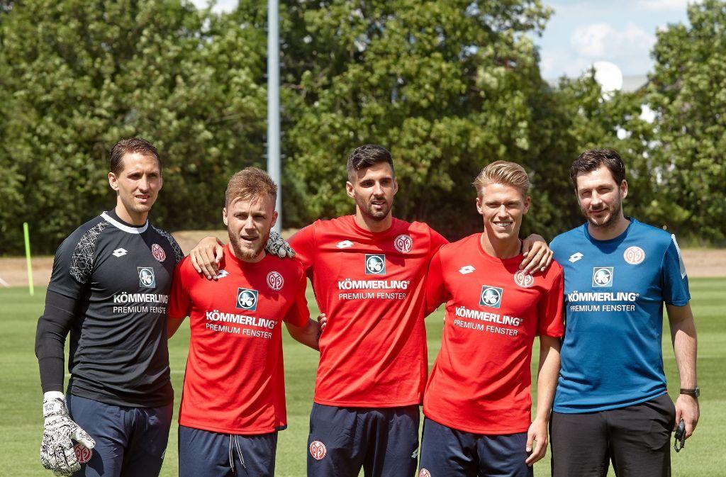 Die Mainzer Neuzugänge René Adler, Alexandru Maxim, Kenan Kodro, Viktor Fischer und Trainer Sandro Schwarz (v.li.) Foto: dpa