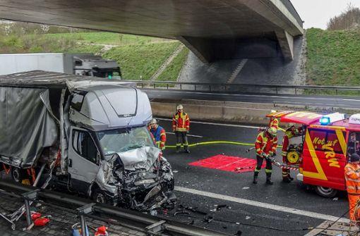 Transporter kracht in zwei Fahrzeuge