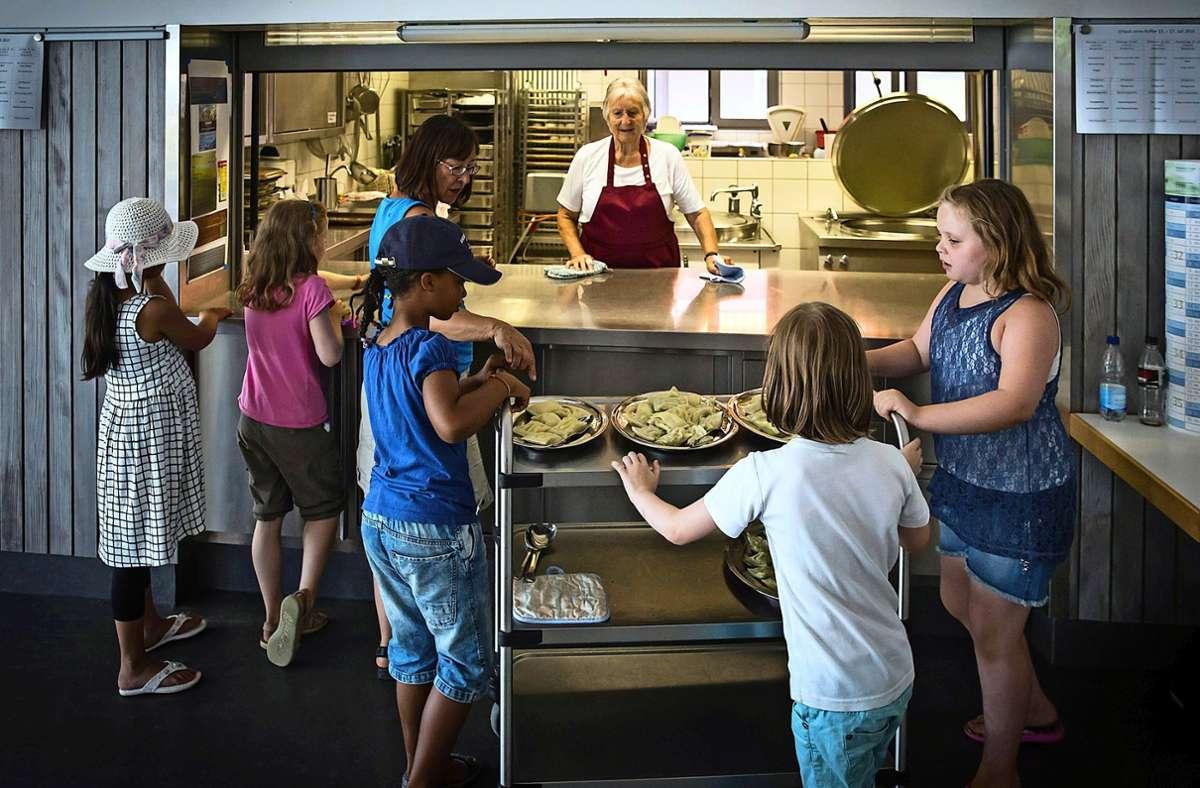 Ein Bild aus Vor-Corona-Zeiten: Wie die Essensausgabe 2020 im Waldheim Degerloch läuft, ist noch unklar. Foto: Lichtgut/Achim Zweygarth