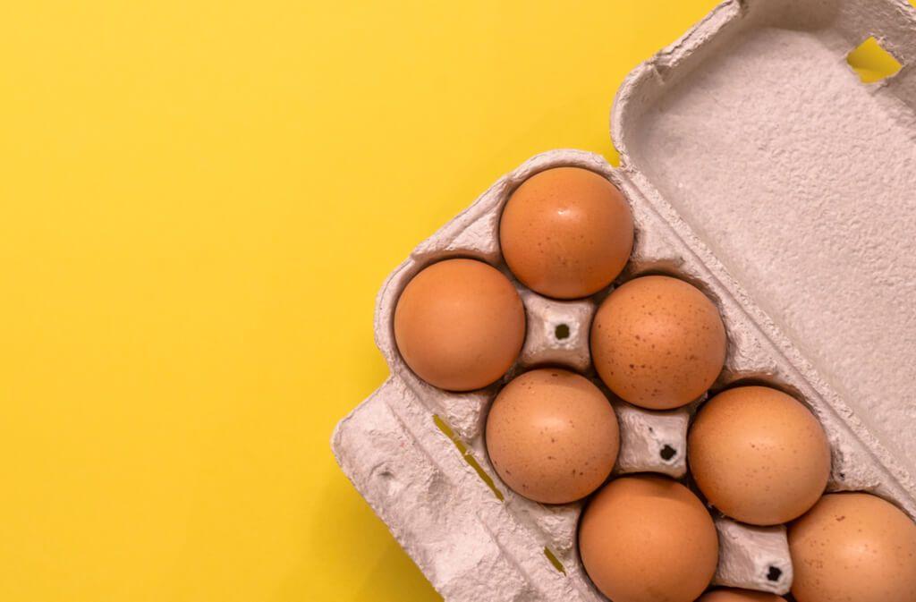 Erfahren Sie, wie rohe und gekochte Eier möglichst lange frisch und haltbar bleiben. So lange halten Eier. Foto: Dragana Gordic / Shutterstock.com