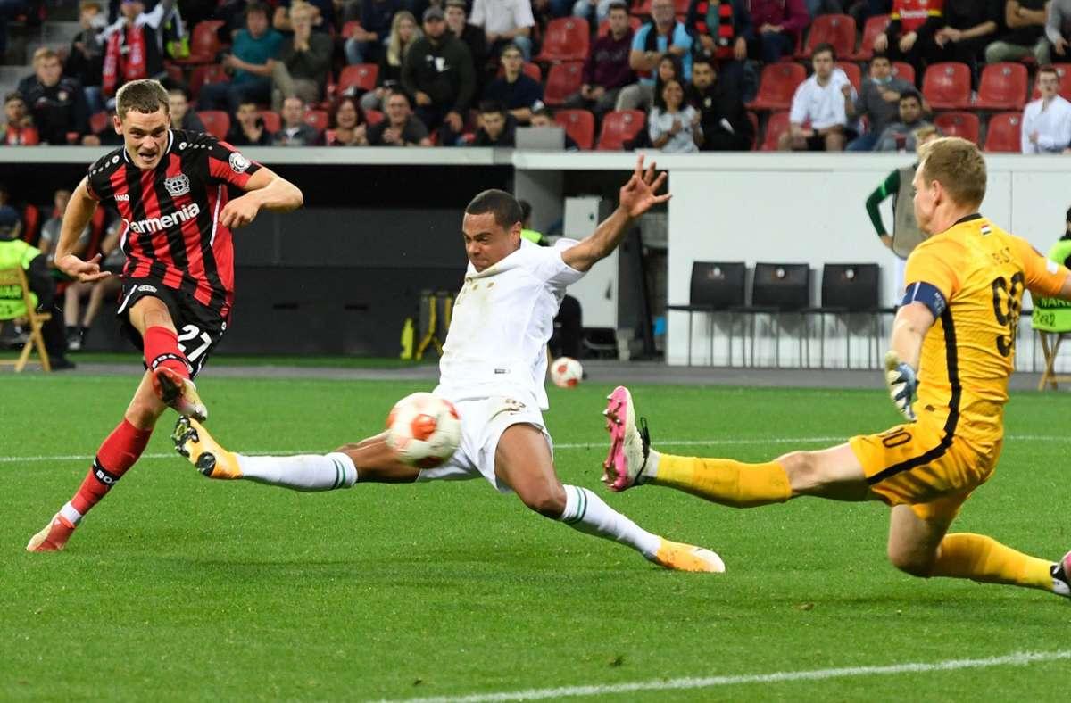 Florian Wirtz erzielt das entscheidende 2:1 für Bayer Leverkusen. Foto: AFP/ROBERTO PFEIL