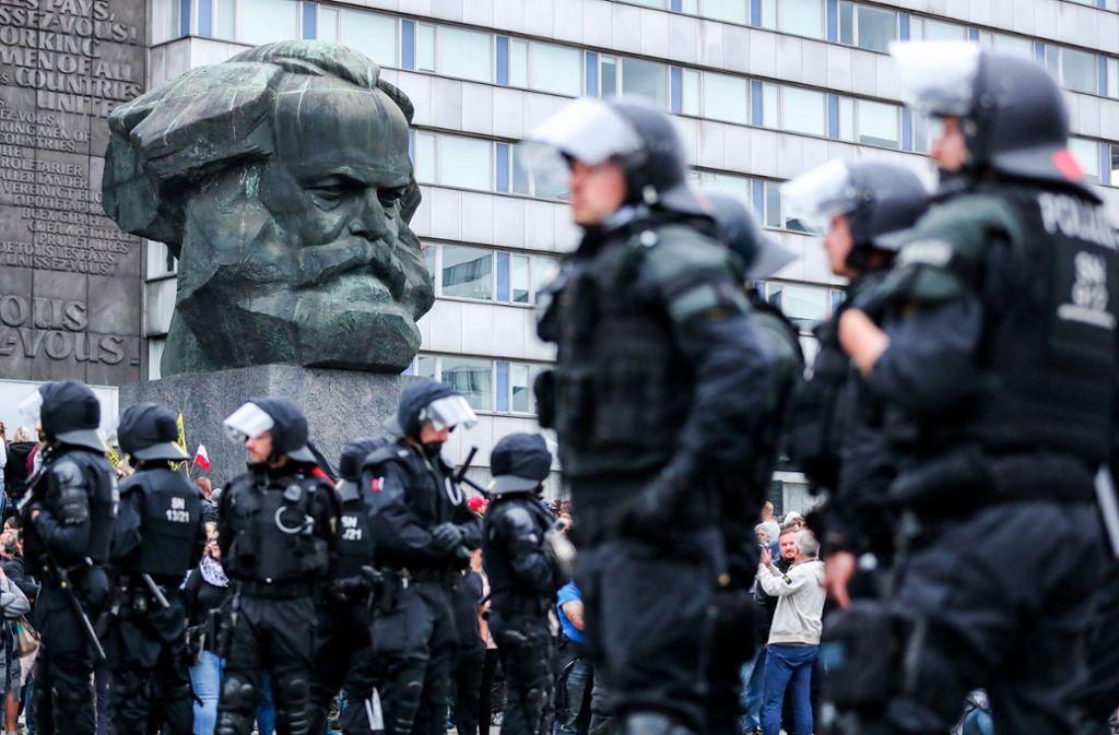 Polizisten vor dem Karl-Marx-Denkmal in Chemnitz. Foto: dpa-Zentralbild