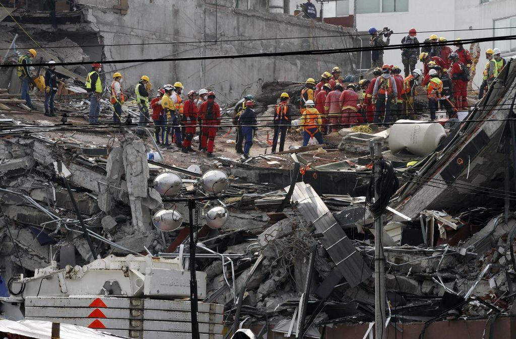 Eine Woche nach dem Erdbeben beseitigen Rettungskräfte und Helfer die Trümmer eines eingestürzten Gebäudes in Mexiko-Stadt (Mexiko). Foto:
