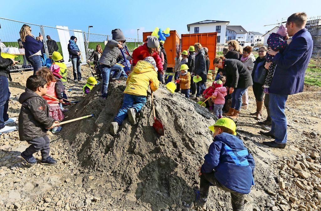 Die Kinder vom Kindergarten Seestraße haben den Baubeginn der neuen Einrichtung in der Hälde begleitet. Foto: factum/Granville