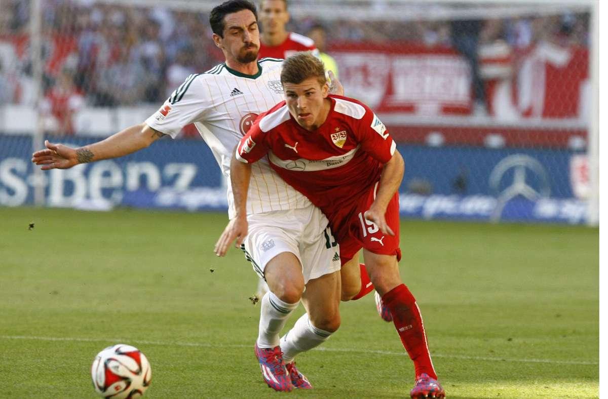 VfB-Stürmer Timo Werner (rechts) im Duell mit dem Ex-Stuttgarter Roberto Hilbert Foto: imago