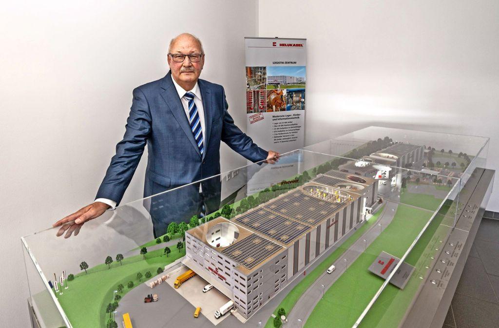 Helukabel als Modell in einer Vitrine: Helmut Luksch führt das Hemminger Unternehmen mit seinem Sohn. Foto: factum/Weise