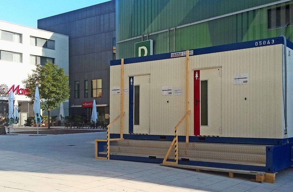 Die Kundentoiletten im Untergeschoss der Schwabengalerie sind kaputt. Die Ersatztoiletten befinden sich im Container auf dem Schwabenplatz. Foto: Ralf Gunkel