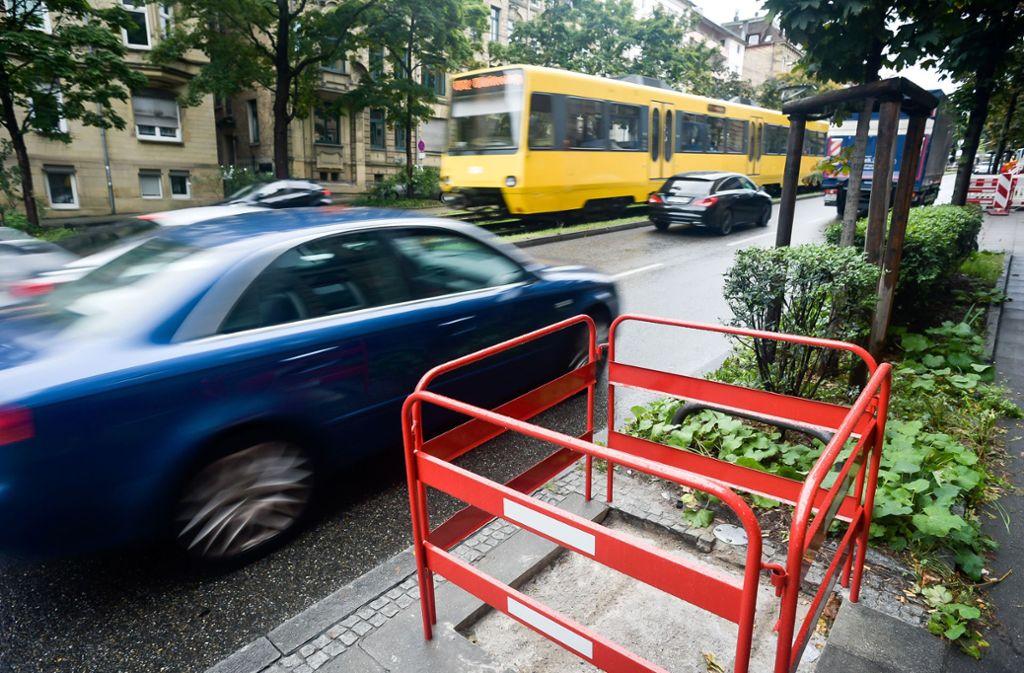 Entlang der Hohenheimer Straße sollen 20 Filtersäulen aufgestellt werden, die Schadstoffe absaugen. Anwohner fürchten nun zusätzlichen Lärm, vor allem nachts. Foto: Max Kovalenko