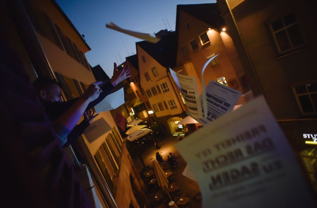 """Aus der """"Herberge der Demokratie"""" regnete es bei der Museumsnacht Flugblätter. Foto: Lichtgut/Max Kovalenko"""