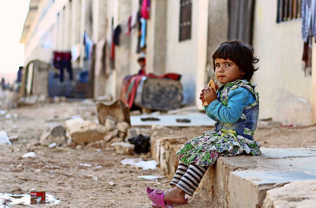 Ein  Mädchen sitzt vor  einer Notunterkunft nahe Aleppo. Die Aufnahme entstand vor wenigen Tagen. Foto: dpa