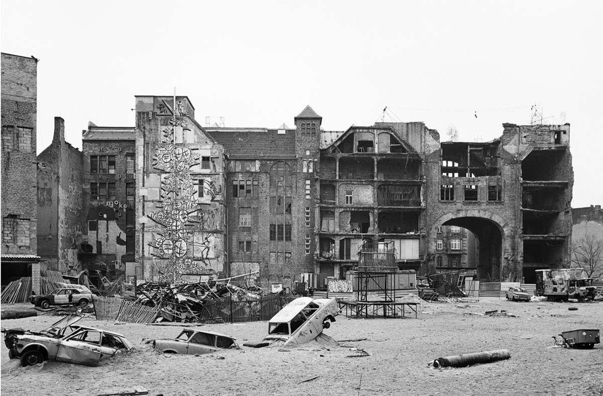 Berlin, Hauptstadt der Subkultur: Zu diesem Ruf wesentlich beigetragen hat das besetzte Künstlerhaus Tacheles in der Oranienburger Straße. Andreas Rost hat es Anfang der 90er Jahre als Ruine fotografiert. Mehr Bilder finden Sie in unserer Bildergalerie. Foto: Andreas Rost