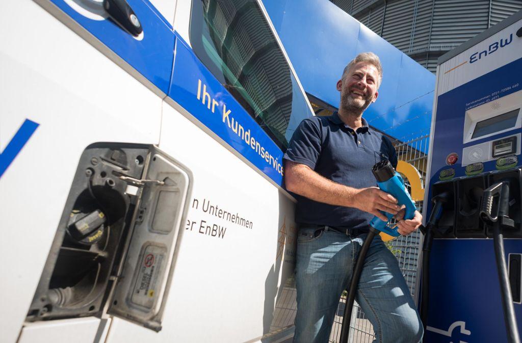 Mit dem dieselgetriebenen VW-Bus an die E-Ladesäule: Für den Betriebsingenieur der Netze BW Michael Walliser ist das Alltag. Foto: Lichtgut/Max Kovalenko