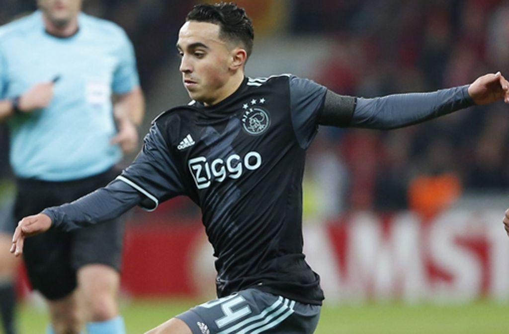 Abdelhak Nouri von Ajax Amsterdam bleibt einem Testspiel gegen Werder Bremen regungslos liegen. Foto: EPA