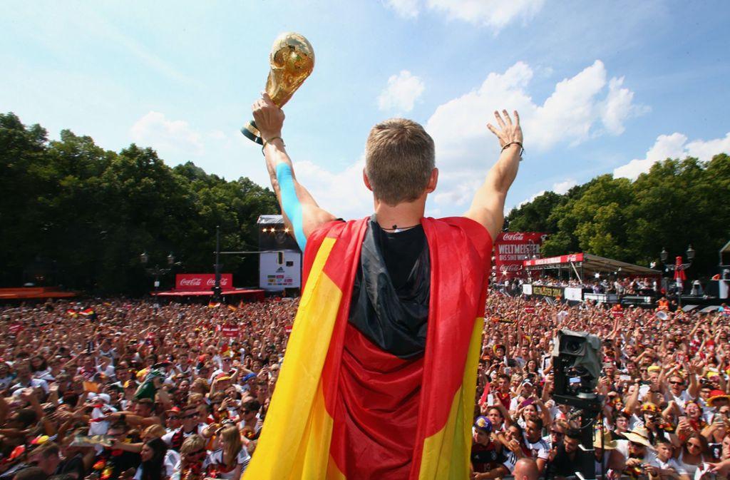 """Im Jahr 2014 war die Euphorie groß, als Deutschland im Endspiel gegen Argentinien Fußballweltmeister wurde –  zwei Turniere nach dem """"Sommermärchen"""" von 2006. Den Gastgeber Brasilien hatte die Elf zuvor mit einem sensationellen 7:1 aus dem Turnier gekickt. Foto: dpa/Alex Grimm"""