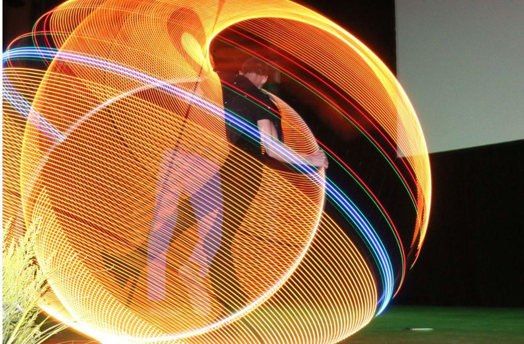 Licht- und Reifenkunst: Akrobat Boy Looijen. Foto: Andreas Gorr