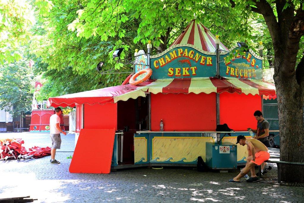 Noch wird kräftig aufgegbaut auf dem Karlsplatz: Von Donnerstag an residiert der Hamburger Fischmarkt für zehn Tage in der Stuttgarter Innenstadt. Foto: www.7aktuell.de |