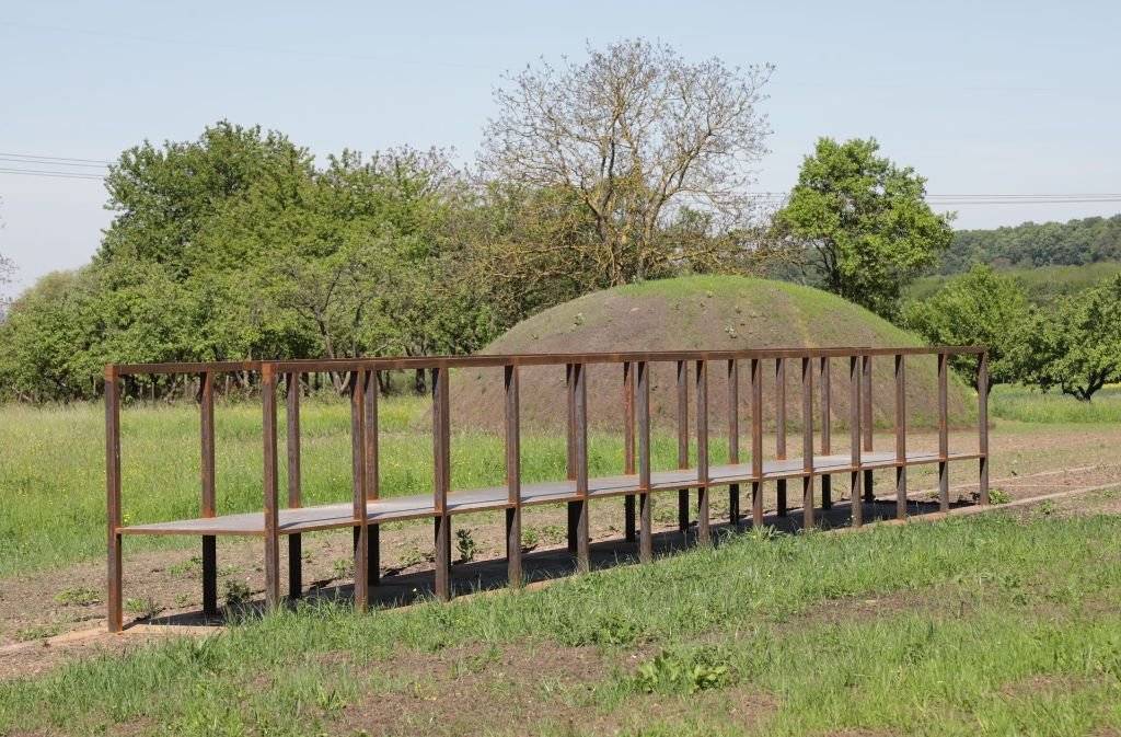 Der Erdhügel mit einem Durchmesser von zwölf Metern ist bereits bepflanzt. Foto: Patricia Sigerist