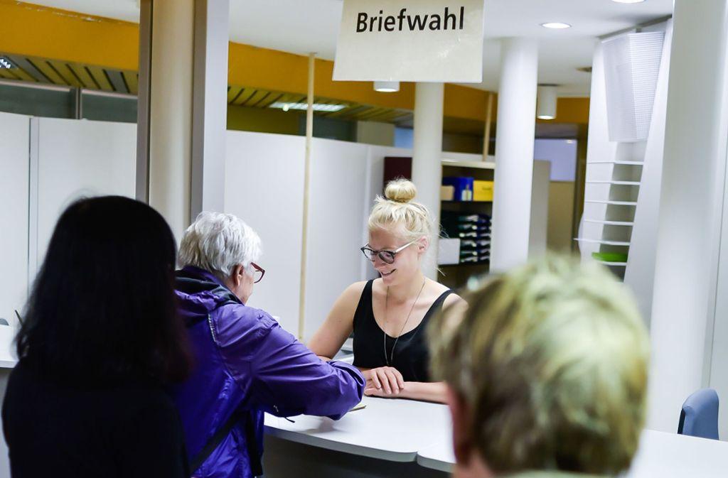 Briefwähler holen in der Eberhardstraße 39 in der Stadtmitte ihre Unterlagen ab. Foto: Lichtgut/Max Kovalenko
