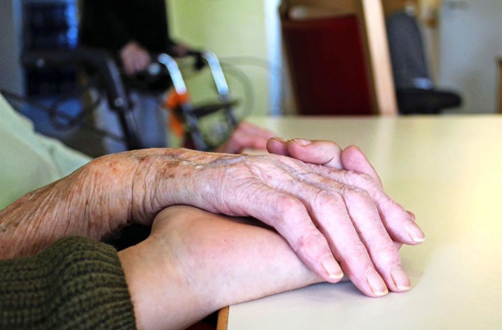 Hände, die halten, die schützen und Anteilnahme demonstrieren: Die 13-jährige Mia hielt die Hand einer 99-jährigen Bewohnerin, die aus ihrem Leben erzählte. Foto: Tatjana Eberhardt