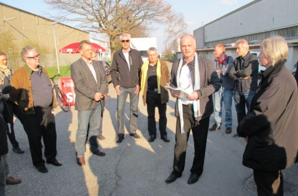 Baubürgermeister Reinhard Molt zeigt Stadträten und Bürgern wo der Bahnhof Sielmingen sein soll Foto: Malte Klein