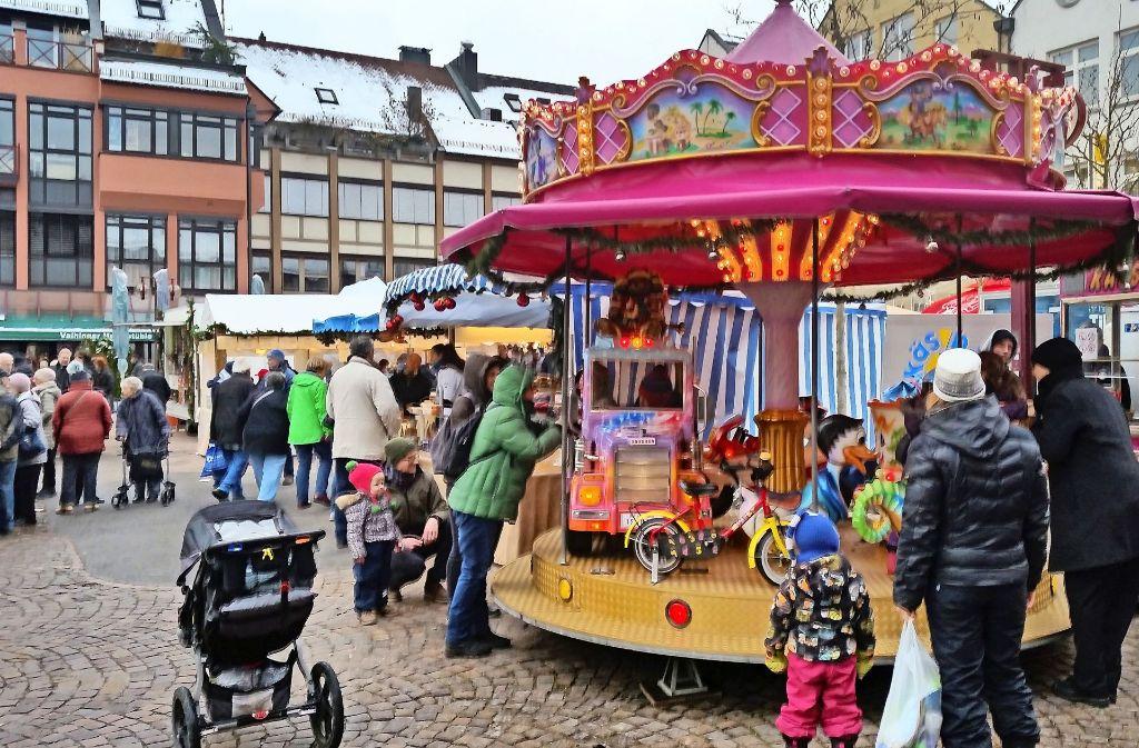 Ein Kinderkarussell für die Kleinen und Marktstände mit Krämerware und  Selbstgebasteltem  waren die Magneten auf dem Vaihinger Weihnachtsmarkt. Foto: Götz Schultheiss