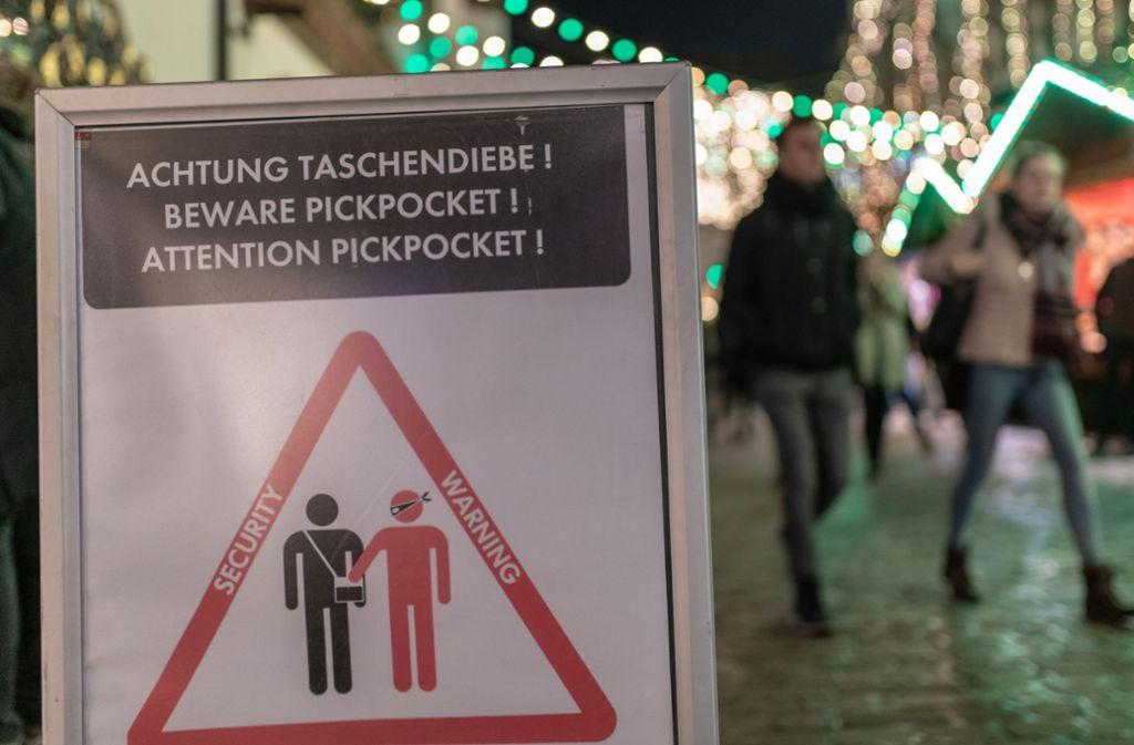 Der Weihnachtsmarkt ist die ideale Gelegenheit für Taschendiebe. Foto: dpa