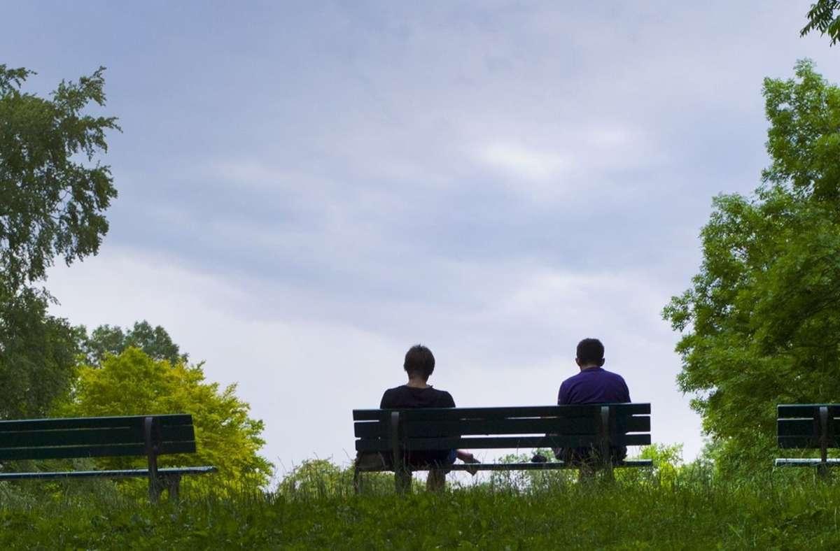 Zwei Menschen sitzen friedlich auf einer Parkbank (Symbolbild). In Böblingen ist aus dieser Situation eine unschöne Szene entstanden. Foto: dpa/Peter Kneffel
